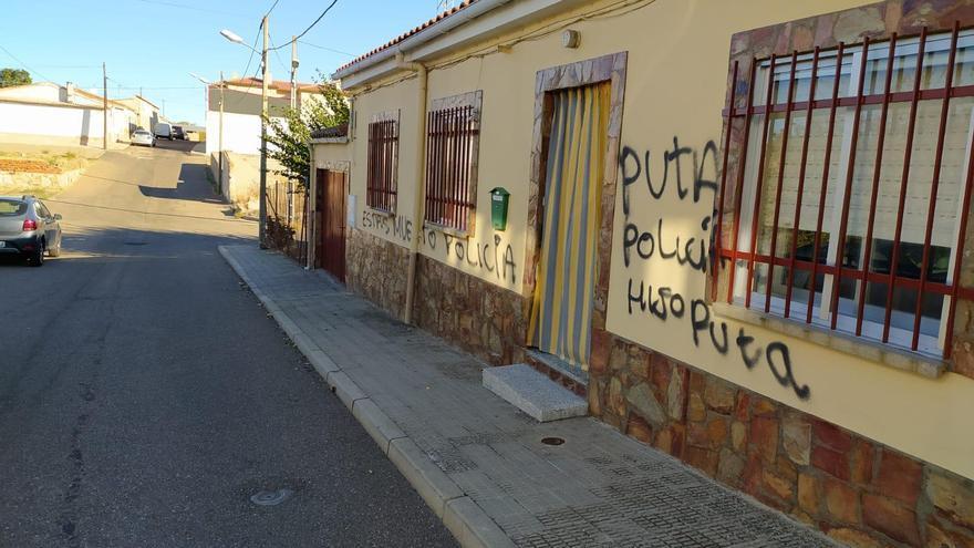 """La Subdelegación condena la pintadas """"deleznables"""" contra policías de La Alberca"""