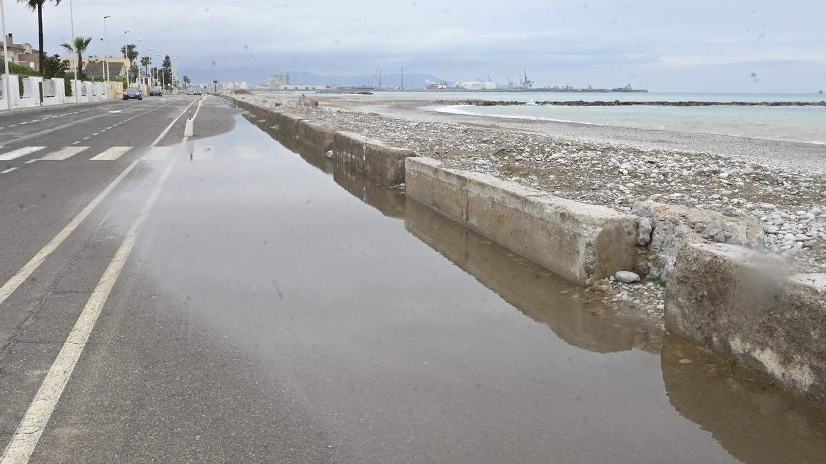El Ayuntamiento de Almassora reclama más infraestructuras para proteger la playa de los efectos del puerto.