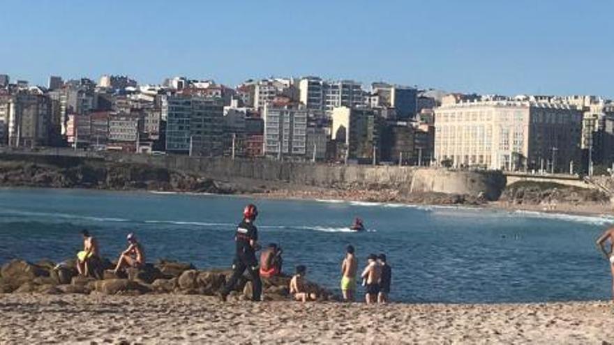 Hallan el cadáver de un pescador flotando en la playa de Riazor