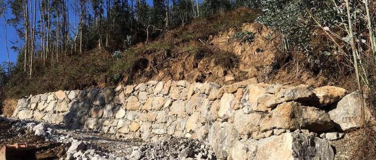 Escollera instalada para afianzar la ladera de Tazones (Villaviciosa).