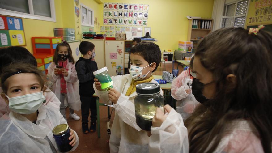 El colegio Cervantes de Gijón invita a sus niñas a ser científicas con talleres y experimentos