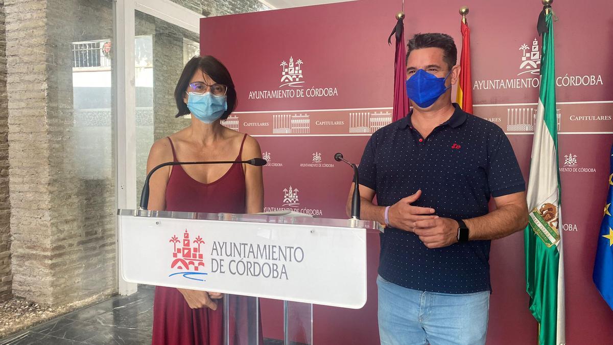 Amparo Pernichi y Pedro García, en la rueda de prensa sobre energía fotovoltaica.