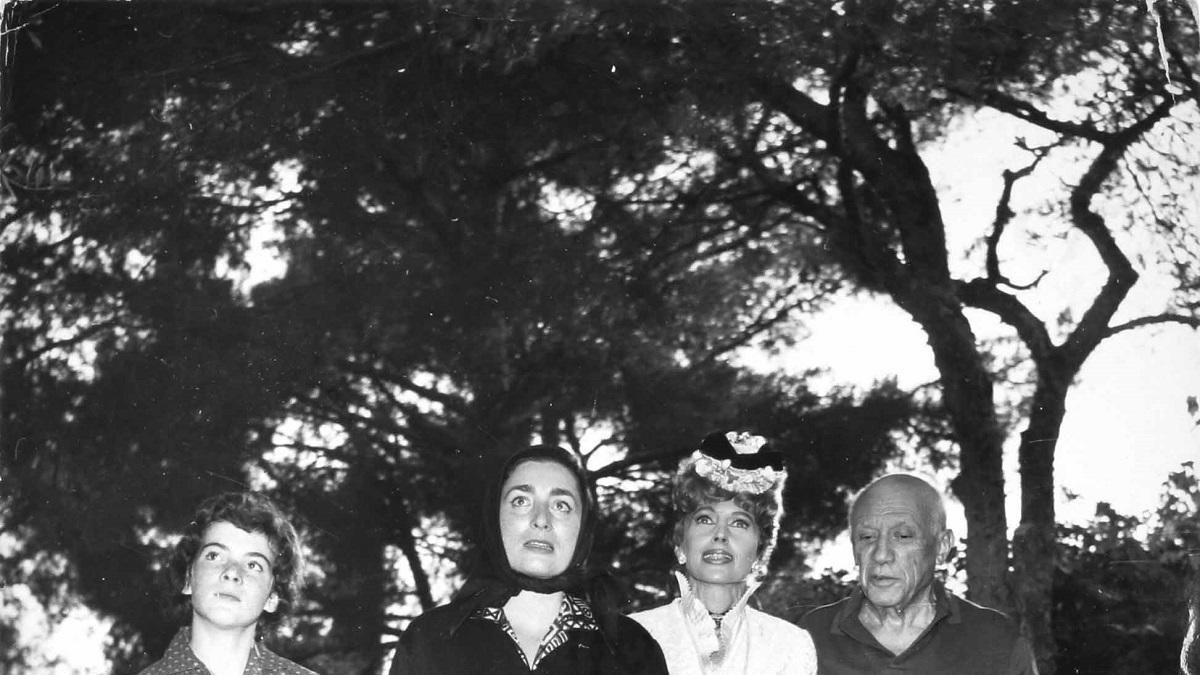 Una adolescente Catherine Hutin-Blay del brazo de su madre, Jacqueline Rocque y con Pablo Picasso.
