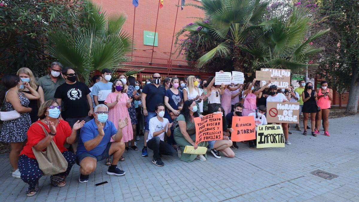 Protesta contra el horario vespertino de Familias y alumnos del IES Bioclimático de Badajoz, el pasado viernes.