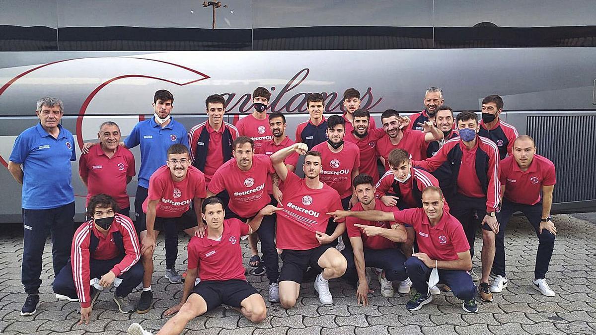 El conjunto de la Unión Deportiva Ourense, el domino, al regreso desde Laracha. |  // FDV