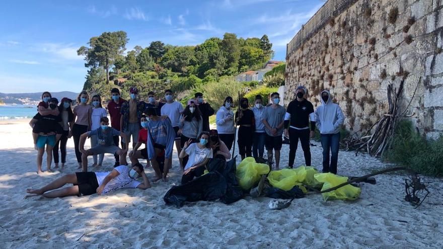 Educación ambiental sobre el terreno: así limpiaron estos jóvenes la playa de Lapamán