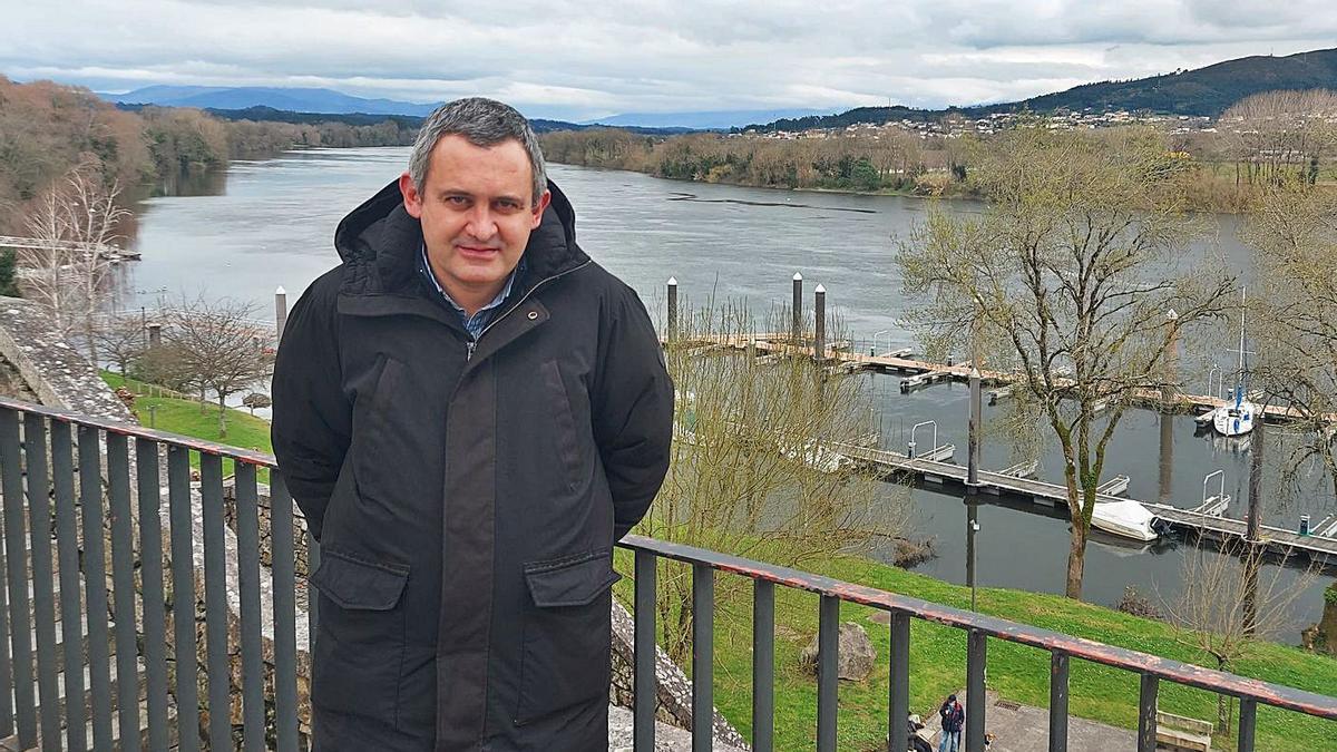 El tudense Luis Sánchez, con el río Miño al fondo.     // D.P.