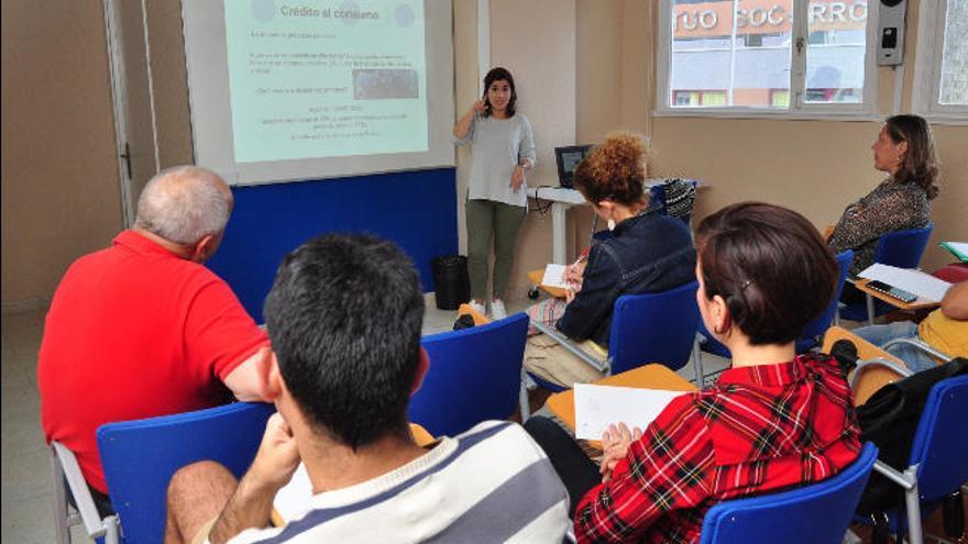 Consumo asesora a los jóvenes sobre las hipotecas y los créditos bancarios