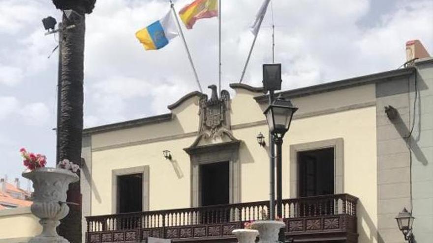 Adiós al escudo franquista de la fachada del viejo ayuntamiento de Santa Úrsula