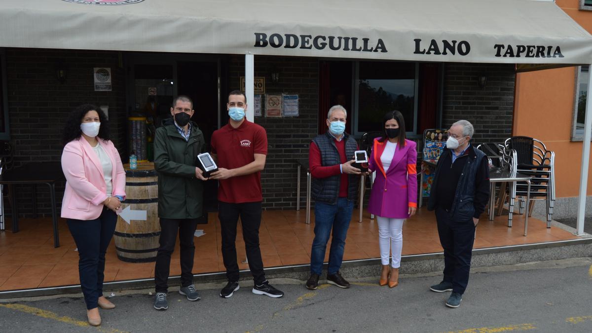 La alcaldesa repartió recientemente medidores de CO2 a los hosteleros mosenses. // Eurorrexión