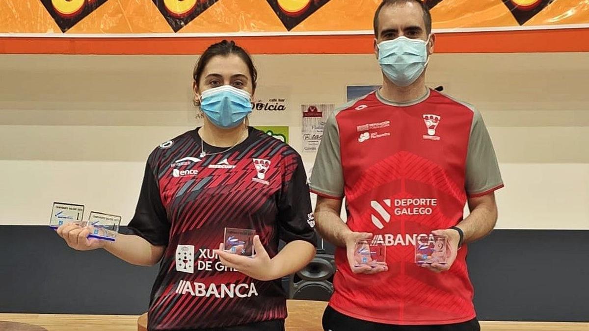 Raquel Miguens y su compañero del Ravachol, Javier Rey, posan con los trofeos ganados en Viveiro.