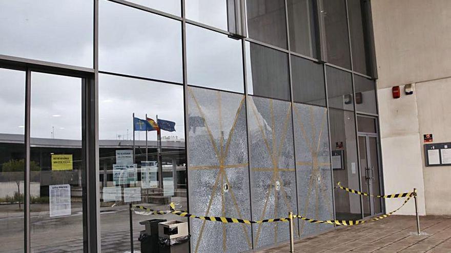 Un usuario del albergue daña los cristales del Palacio de Justicia