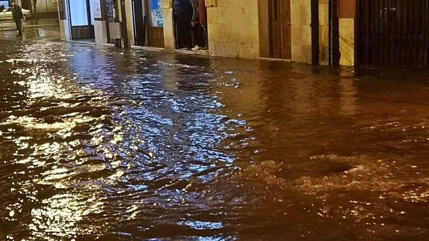 Una tromba de agua inunda varias calles de Toro y un tramo de la N-122