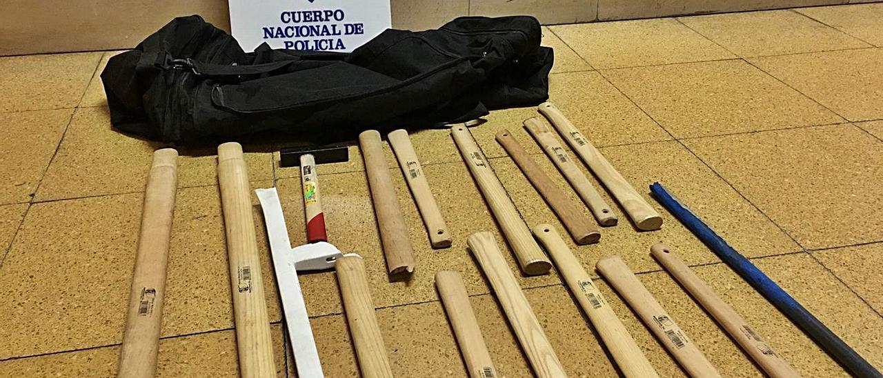 Material incautado en la noche previa al derbi. En la imagen, los palos y el martillo que requisó la Policía en la inspección previa al Oviedo-Sporting. | Policía Nacional