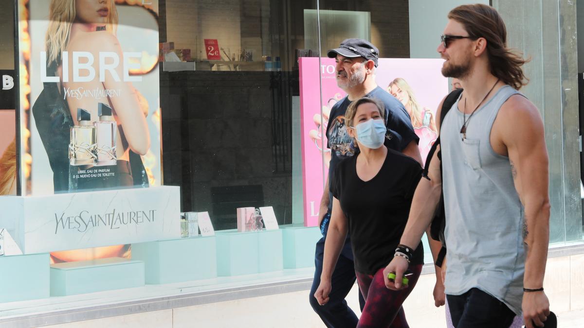 Personas con mascarilla y sin ella en una calle de Palencia. | Ical