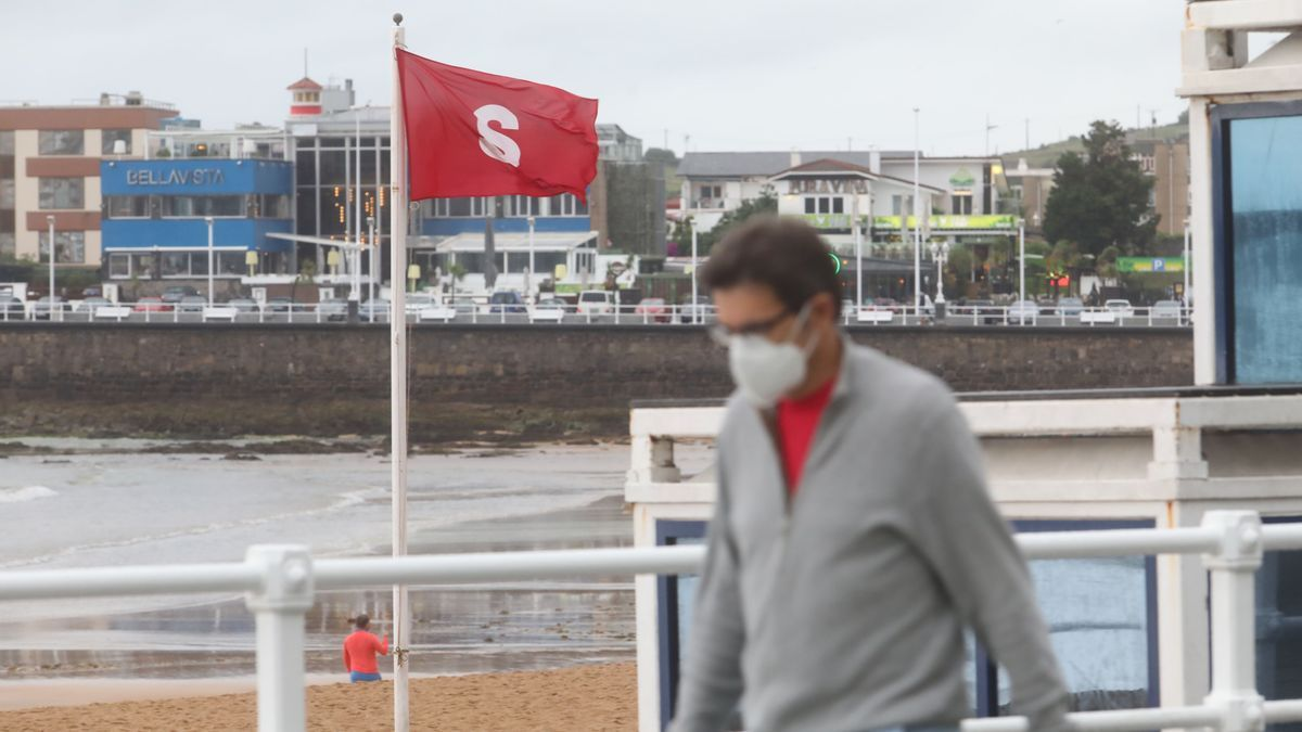 Bandera roja en la playa de San Lorenzo.