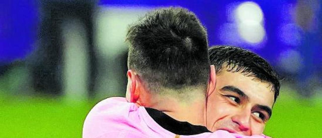 Pedri González y Leo Messi se abrazan tras el gol del argentino después de un gran pase del tinerfeño.