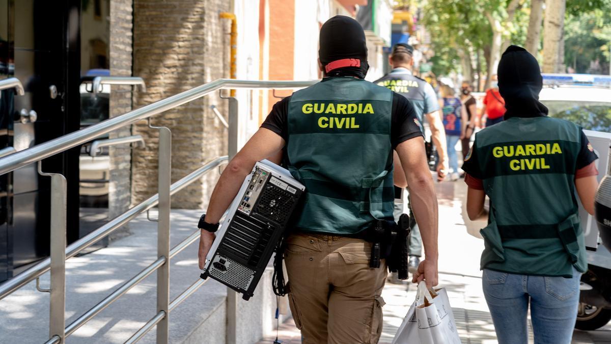 Una pareja de agentes de la Guardia Civil