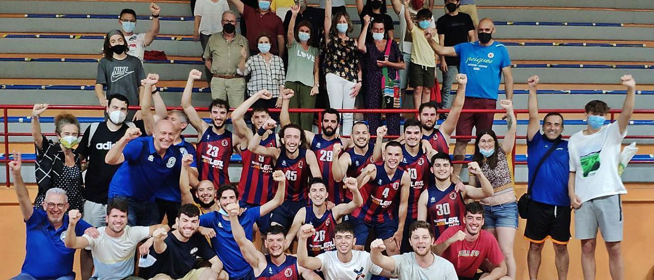 Integrantes y afición del NB Alzira celebran la exitosa temporada. | DAVID CHORDÀ