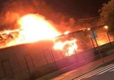 Arde una estructura en el mercadillo de Santa Lucía