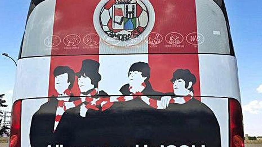 Parte de atrás el autobús del Zamora CF.