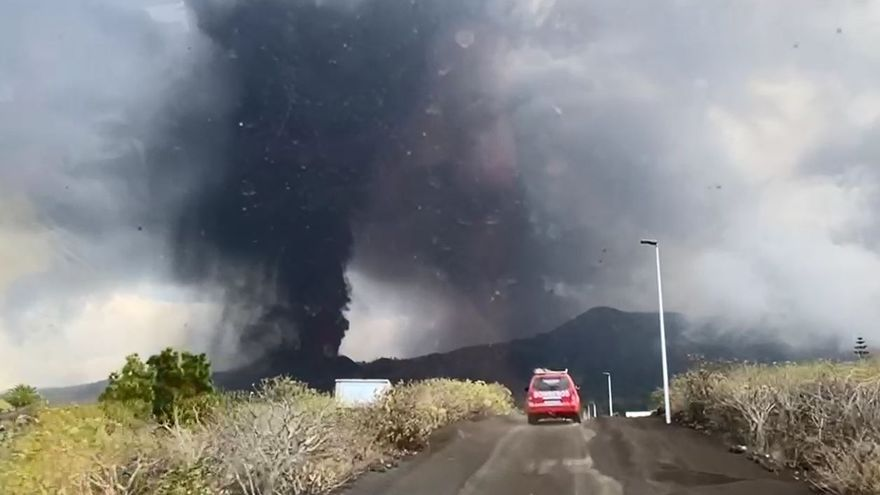 Bomberos de Lanzarote graban la erupción del volcán de La Palma