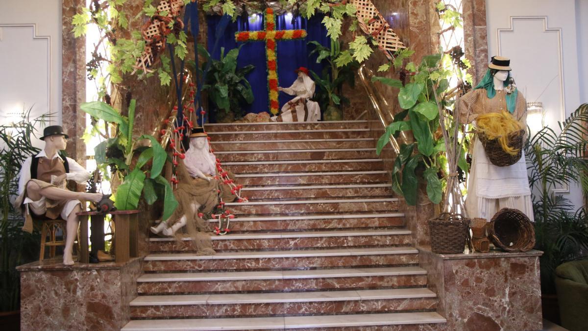 Exposición en la escalera principal del Círculo de Amistad XII de Enero, en la capital tinerfeña.