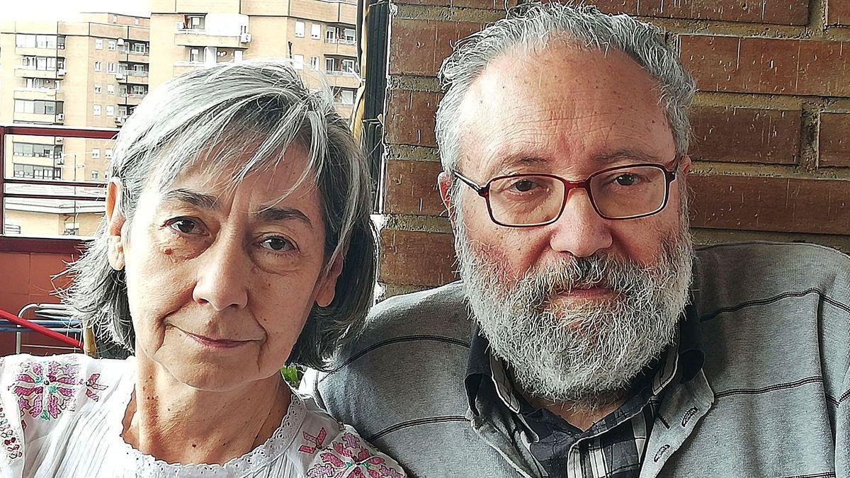 Arriba Luciano López Gutiérrez y Araceli Godino. A la izquierda portada del libro sobre la correspondencia entre Miguel Delibes y Francisco Umbral.