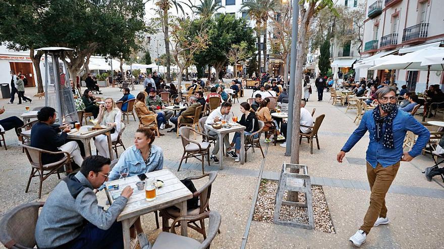 Aprobados los bonos de 100 euros para el turismo interislas en Baleares