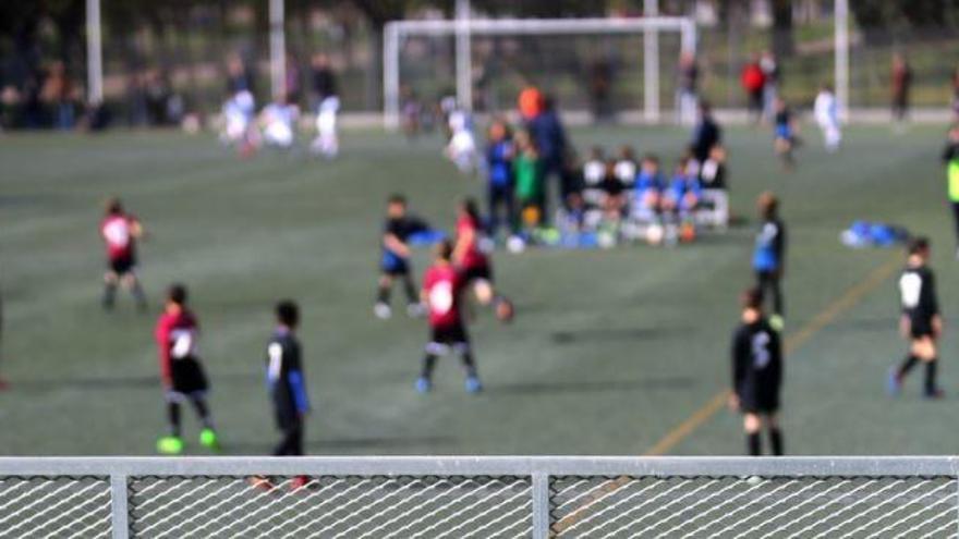 Los padres se quedan sin poder ver los partidos o entrenamientos de fútbol de sus hijos