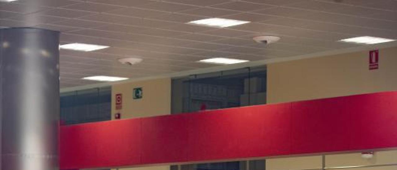 Usuarios en la oficina de Tráfico de Alzira, en una imagen de esta semana. | PERALES IBORRA