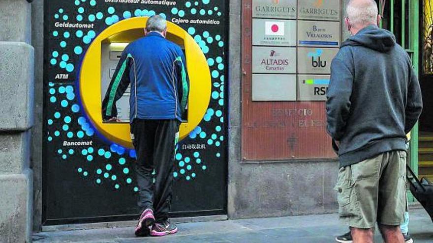 Récord de ahorros en los bancos por los ERTE y el miedo al paro de los canarios