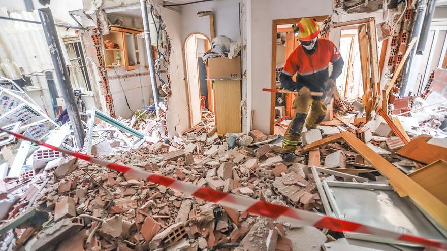La Guardia Civil busca al autor de la explosión que ha destrozado un edificio en Torrevieja