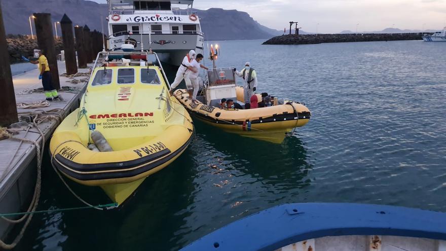 Rescatan del agua a 15 migrantes con vida y tres fallecidos en el norte de Lanzarote