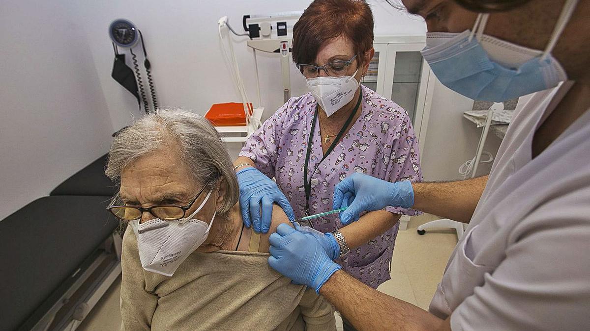 Vacunación en la ciudad de Alicante a mayores de 80 años.