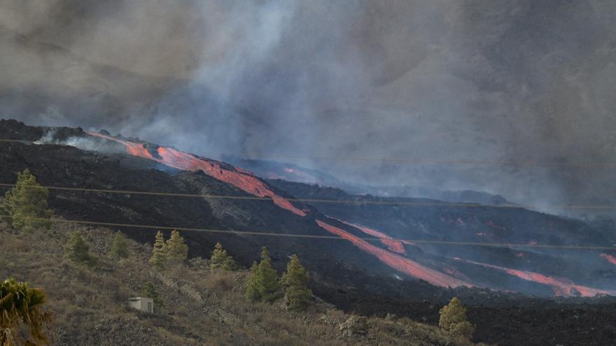 Erupción del volcán de La Palma visto desde el barrio Dos Pinos, en Los Llanos de Aridane.