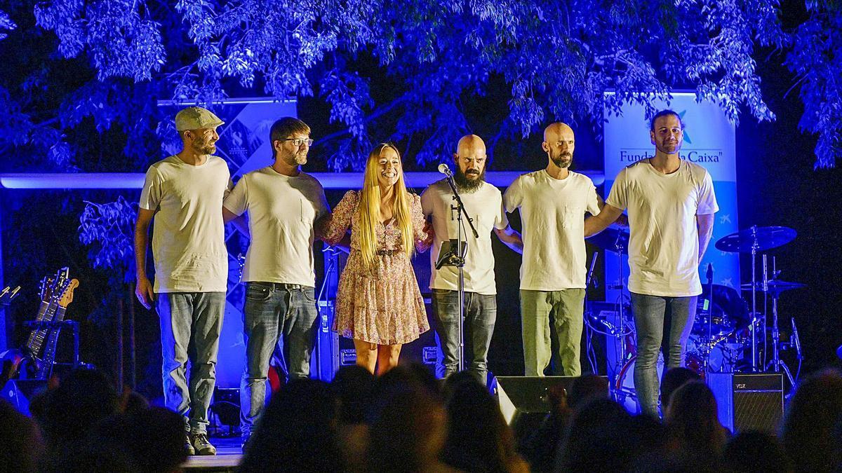 L'artista surienca acompanyada de la seva banda al final d'un concert que ella mateixa va definir de «molt especial» | MARTA PICH
