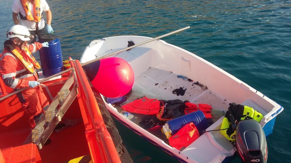 Momento en que la embarcación de Salvamento Marítimo procede a las labores para remolcar la patera en Alicante.