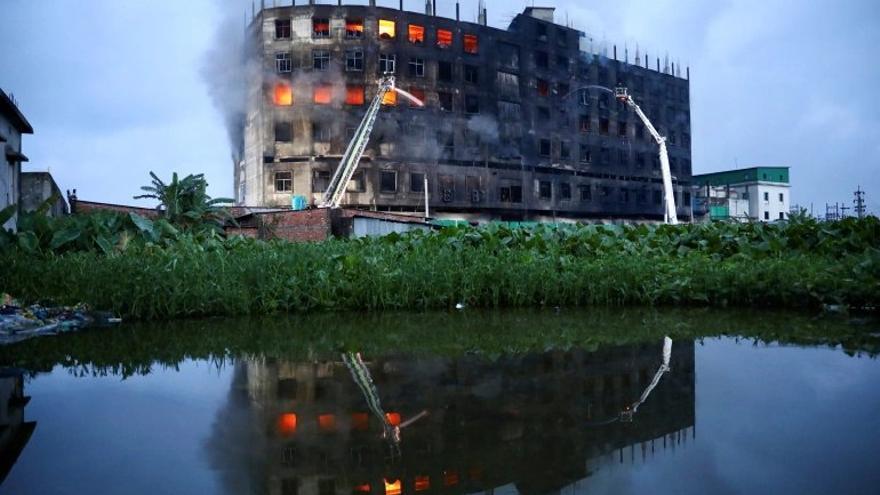Al menos 52 muertos en el incendio de una fábrica en Bangladesh