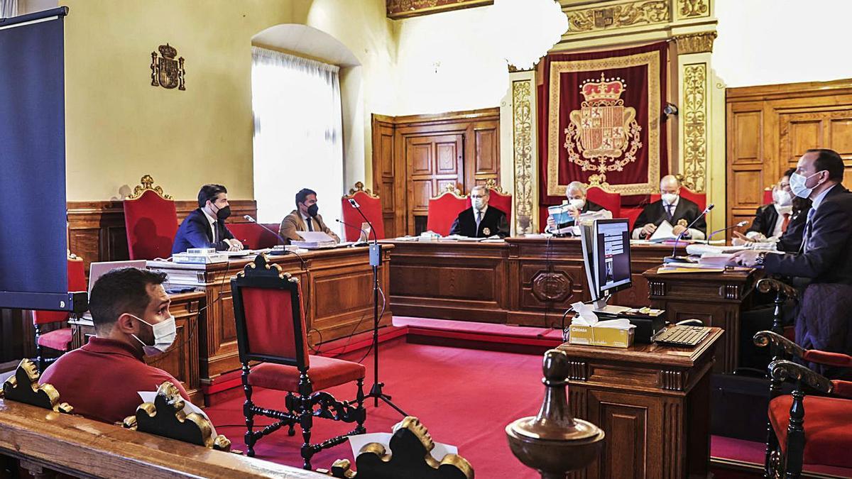 Alfonso T. M., a la izquierda, durante la vista celebrada ayer en la Sala de lo Civil y Penal del Tribunal Superior de Justicia de Asturias.