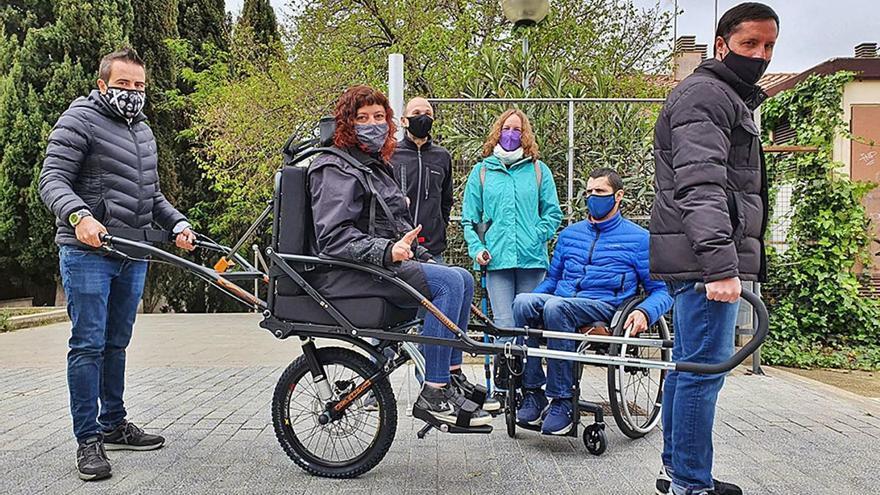 Esparreguera es dota d'una cadira per a sortides de  persones amb discapacitat