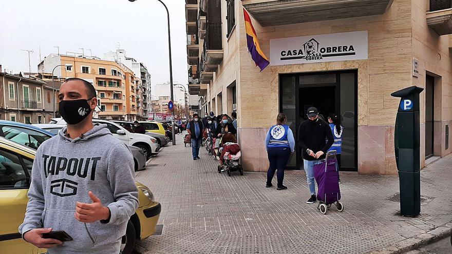 La Casa Obrera de la calle Foners reparte bolsas de alimentos a 140 familias