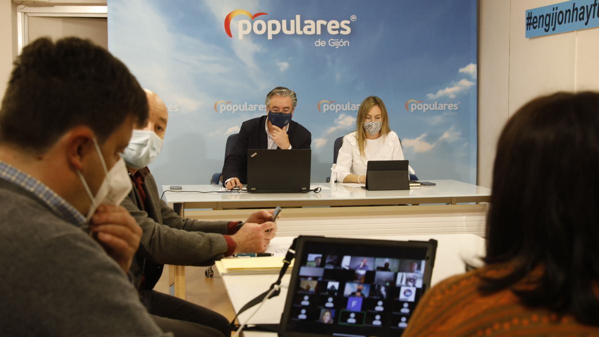 Pablo González junto a la secretaria general del PP de Gijón, Cristina Villanueva, al inicio de la reunión de la junta local de ayer.