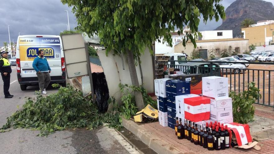 Un remolque cargado de bebidas se estrella contra un árbol en Xàbia