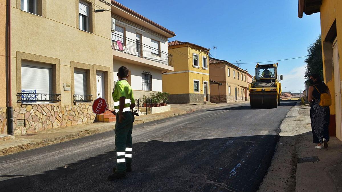 Un operario señala a los vehículos que recorren la travesía en obras cómo actual al llegar a este tramo. | E. P.