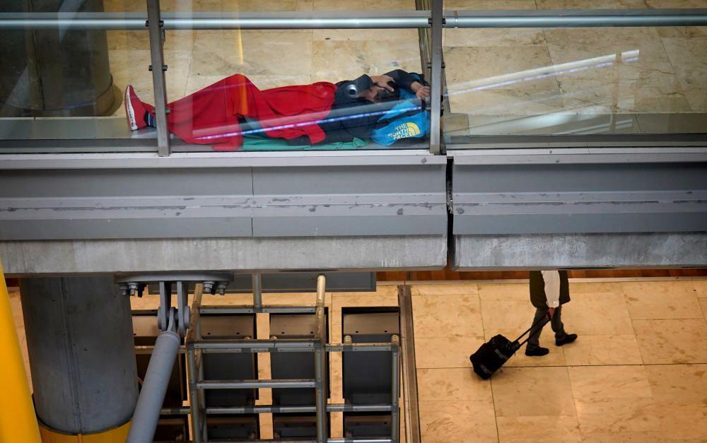 MADRID. 19.03.2020. CORONAVIRUS. Miembros de la UME limpian el aeropuerto de Barajas, terminal T4. En la imagen una persona descansa en el aeropuerto. FOTO: JOSE LUIS ROCA