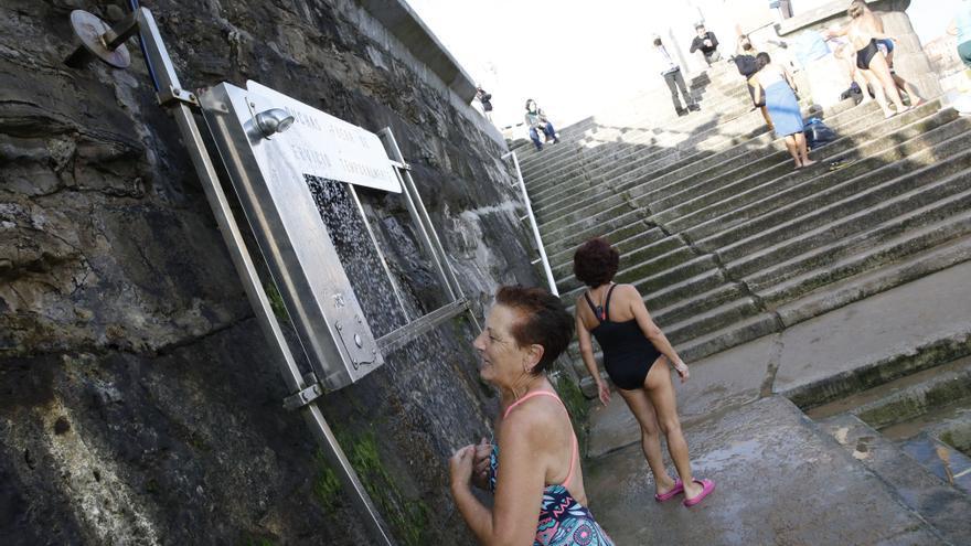 Los bañistas de la Escalerona, en la playa de San Lorenzo