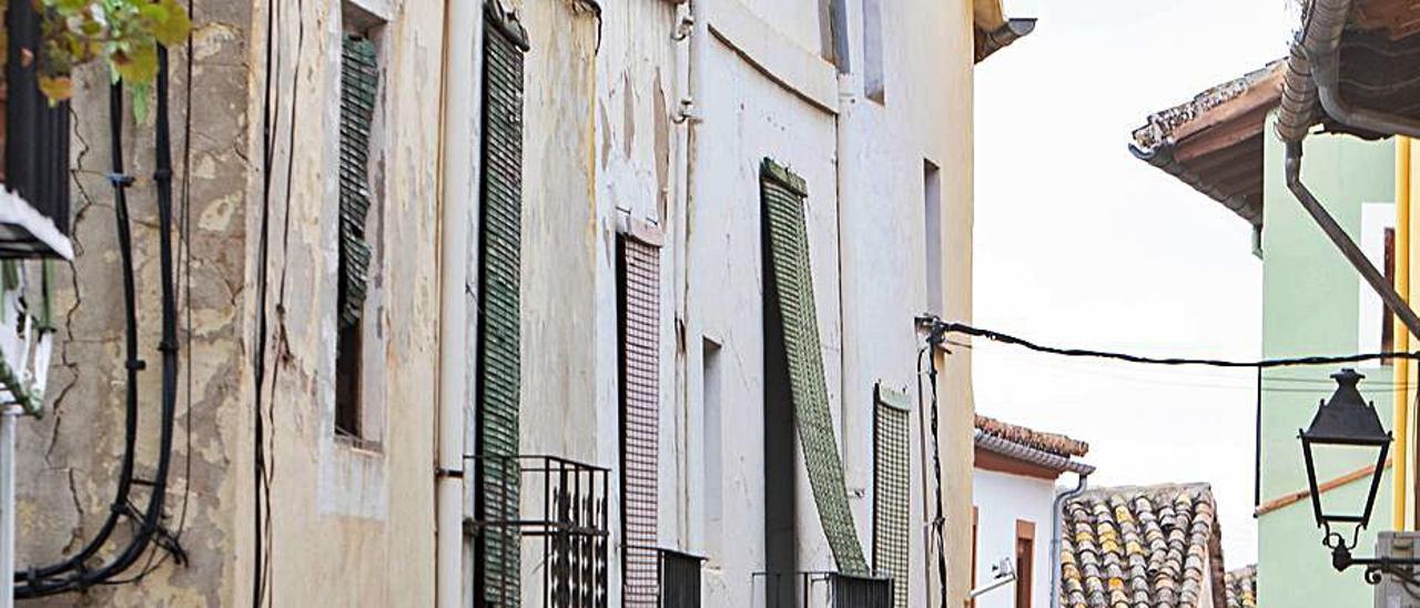 Una vecina de Xàtiva pasea a sus perros por el casco antiguo | PERALES IBORRA