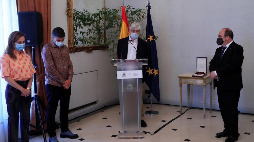 La familia de Fernán Gómez recibe de manos de Iceta la Gran Cruz concedida a su padre en 2007