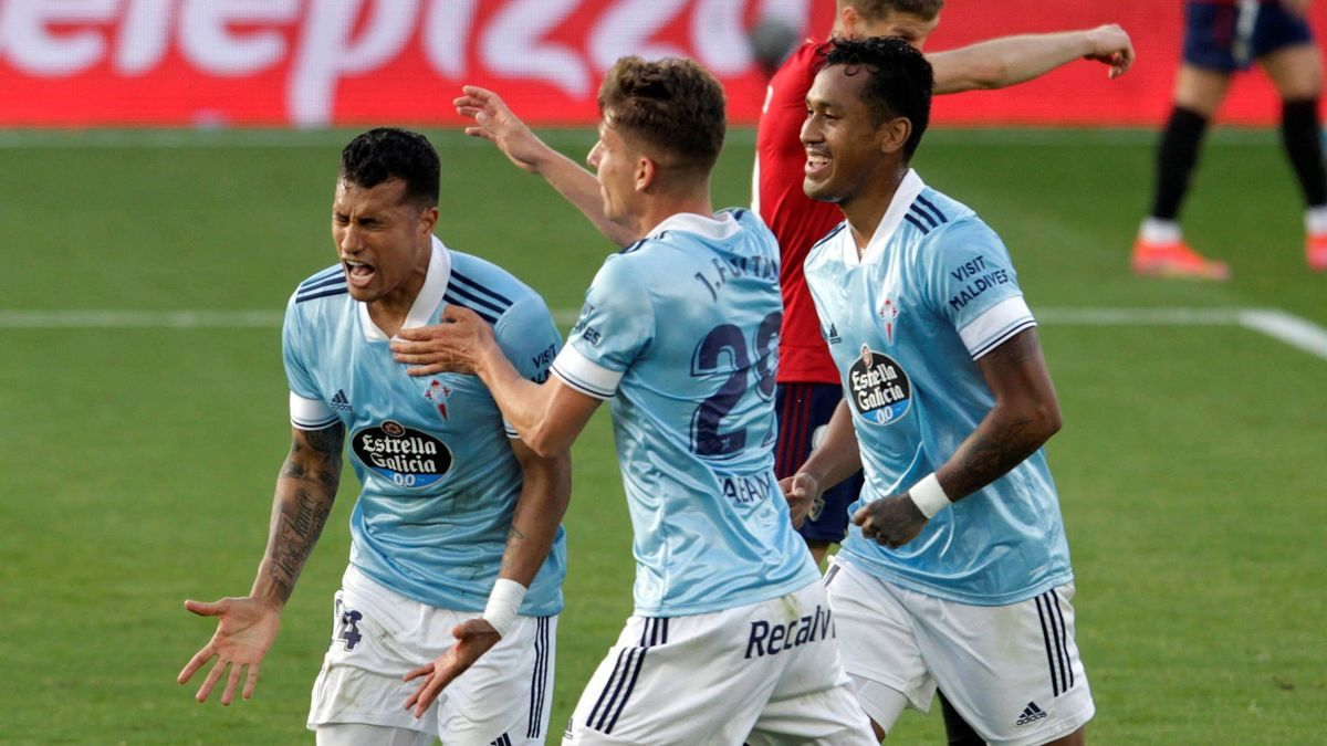 Celta players celebrate Murillo's goal.